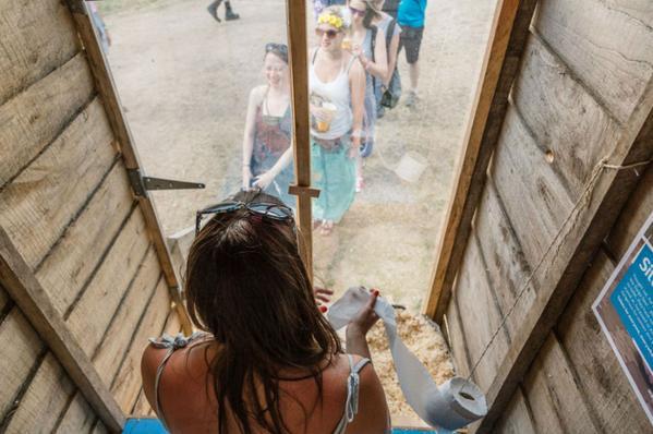 Bagno con specchio al festival di Glastonbury