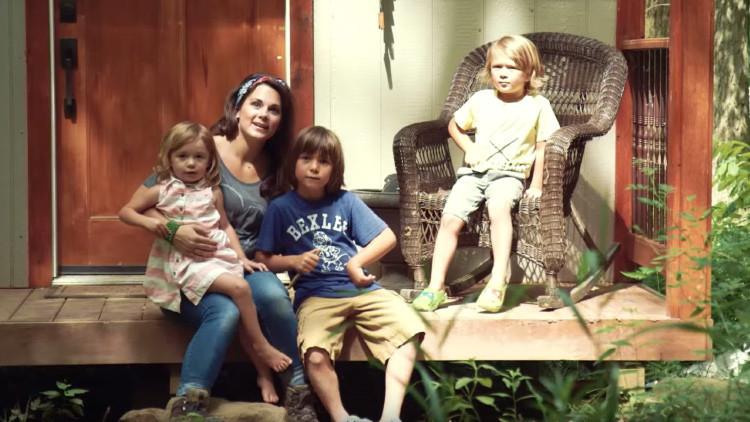 madre divorziata costruisce casa da sola