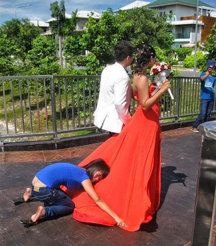 funny-crazy-wedding-photographers-behind-the-scenes-43-5774e312ea3cc__700