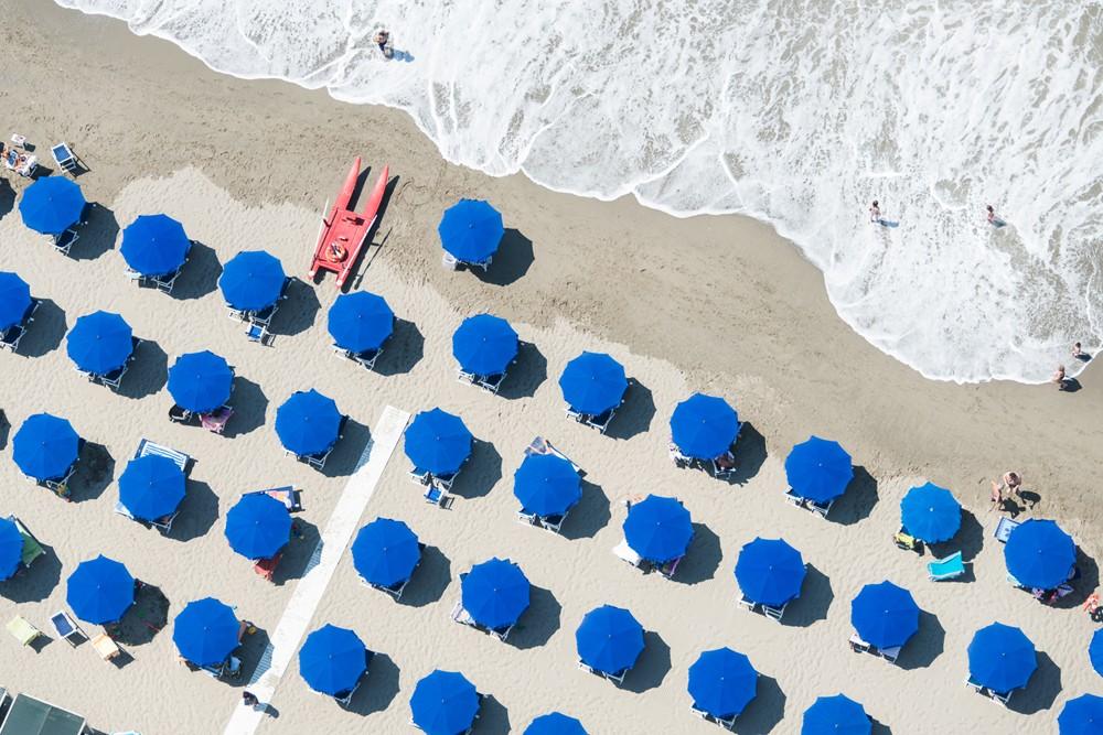 royal_blue_umbrellas_tuscany_1