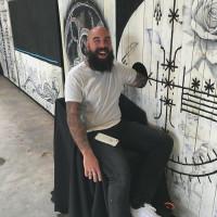 Tatuaggio a sorpresa e gratuito: a patto di infilare il braccio nel buco