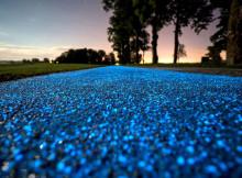 La pista ciclabile a energia solare che si illumina di blu