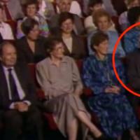 L'uomo che ha salvato 669 bambini dall'Olocausto non ha idea di chi siede accanto a lui. Guarda la sua reazione!