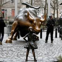 La statua di una bambina sfida il Toro di Wall Street nella giornata delle Donne