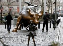 La statua temeraria di una bambina di fronte al Toro di Wall Street