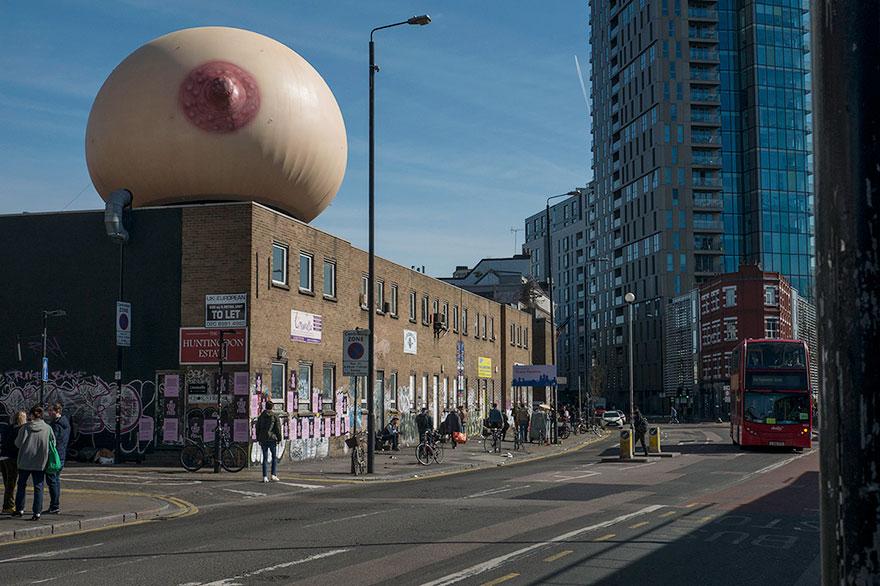 A Londra è apparso un seno gigante per supportare l'allattamento in pubblico