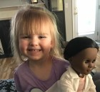 Il cassiere chiede alla bimba se vuole una bambola più simile a lei. La risposta la lascia interdetta