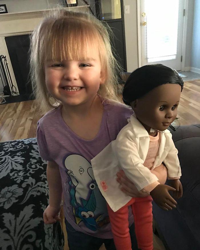 Il cassiere chiede alla bimba se vuole una bambola più simile a lei. La risposta di Sophia spiazza tutti