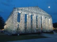 La replica del Partenone con 100 mila libri censurati