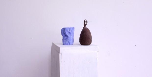 Senza titolo, 2017, legno, gesso, pigmento, seme, 163,5 x 20 x 17 cm