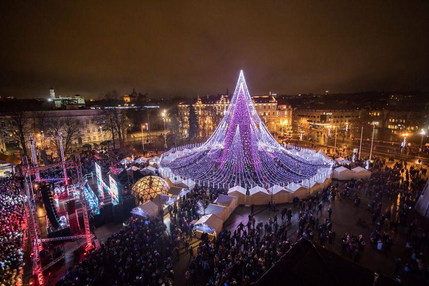 Lo spettacolare albero di Natale di Vilnius illuminato con 70 mila lampadine