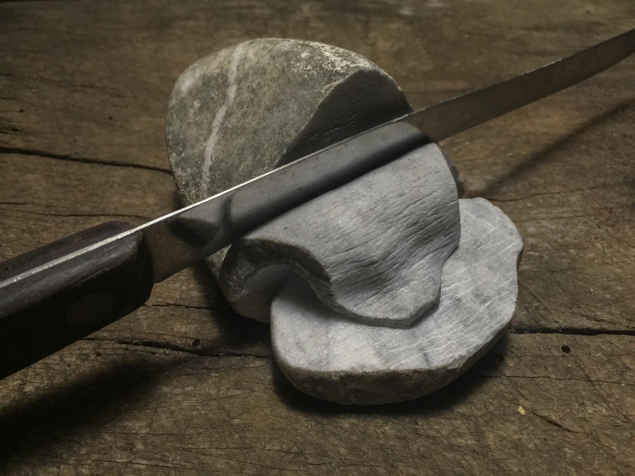 JAGO - Carne - 2015, sasso di marmo, coltello (1)