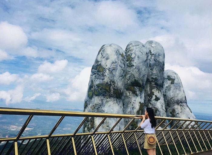 creative-design-giant-hands-bridge-ba-na-hills-vietnam-5b5ece63814b8__700